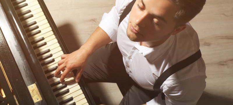 Play blues piano
