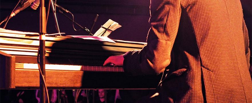 Playing piano like Jools Holland